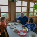Usadili jsme se u okna, dali si žurek (na ten jsme se s Luďkem těšili nejvíc), děti řízek a palačinky, akorát ty ceny byly hodně vysokohorské.