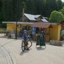 Po desetikilometrovém drkotavém sjezdu jsme se ocitli v Mezihoří (Międzygórze) a čepují tady Holbu :-)