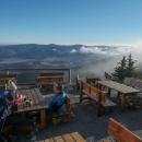 Bufet byl otevřený, tak jsme si dali polévku a párky, napravo je vidět, jak hory zadržují mračna.