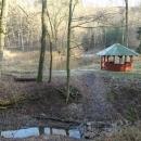 Přístřešek u rybníčku v Jablonském lese