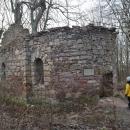 Kdysi dávno (v 16. - 19. století) tady v těch místech stála obec Czerwony Strumień (neboli Červený potok). Do dnešní doby se však dochovala jen tato ruina kostelíka.