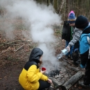 Po jídle dostaly děti za úkol uhasit oheň, Víťa jako mladý hasič odborně dohlíží...