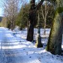 Trasa vede po silnici, kolem je spousta soch svatých