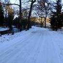 Silnice je pod ledem a v okolí leží sníh, je to tady ve stínu Orlických hor