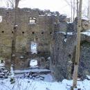Renesanční zámek byl zřejmě vystavěn v roce 1576, dále byl upravován v 18. století. Až do druhé světové války byl v držení šlechty, od roku 1945 chátrá. Dodnes se dochovaly obvodové zdi skoro celého paláce.