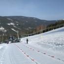 Pozorujeme rolbu vyvážející lyžaře. Prázdná potom sjíždí dolů. Svah je tedy permanentně upravován.