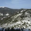 Pod námi zkamenělý obří dinosaurus. Trasa už se na protějším kopci stáčí dolů do údolí Moravy.