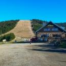 Sjezdovka na Slamníku. Ale jo, na lyžích se tady jezdí docela pěkně. A bufet vedle chaty je otevřený.