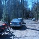 Na výlet v krásném dni vyrazilo spousta lidí, my taky, o to nejde. Ale jet autem až do lesa, parkovat až nahoře, za zákazem...