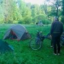 Ráno u mamuta - spalo se krásně. Prvotní obavy, že se nevyspíme, protože posázavskou trasou jsou odkláněny rychlíky do Brna kvůli výluce v údolí Orlice, se nepotvrdily. Vlaky jezdily ke spáčům šetrně.