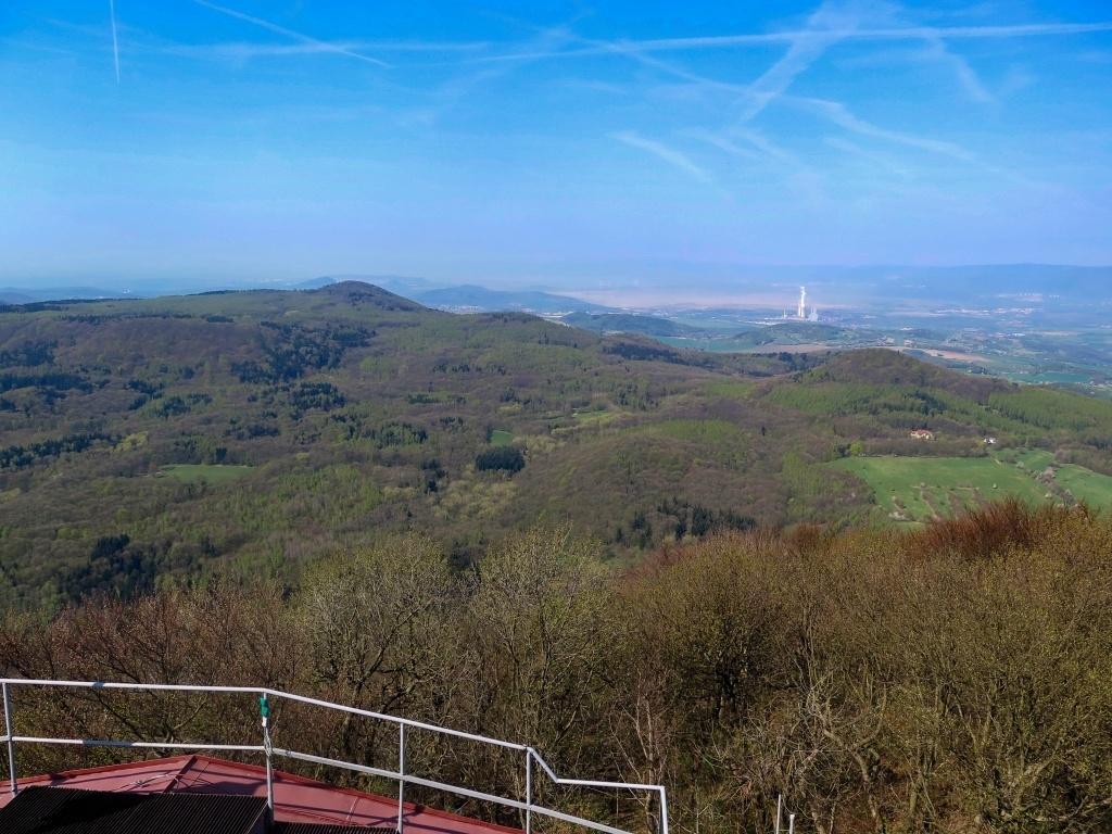 Na druhou stranu směrem ke Krušným horám je to trochu lepší. Vlevo pod Ledvickou elektrárnou vykukuje krad Kostomlaty.