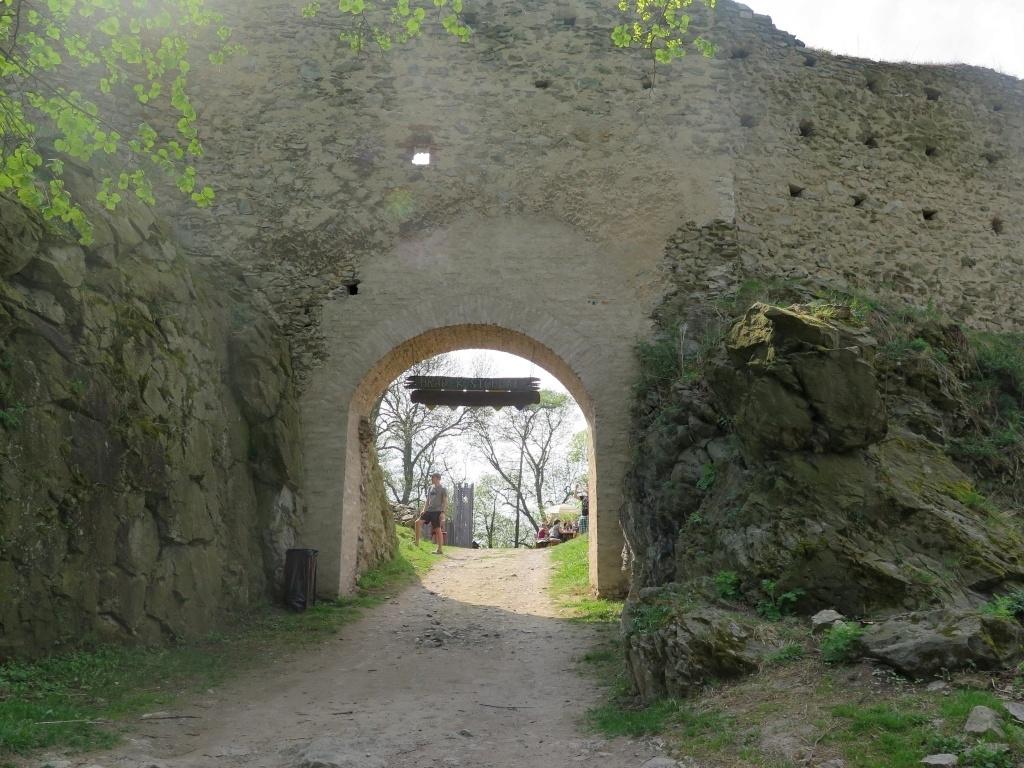 Před hradem Kostomlaty