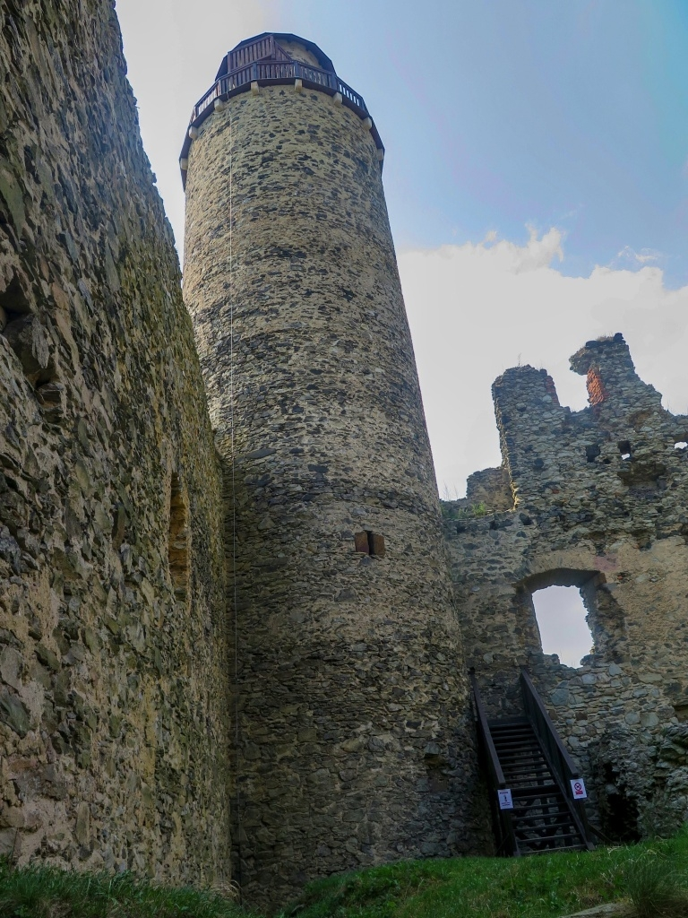 Z hradu toho mnoho nezbylo, přesto je zřícenina velmi působivá. Navštívit lze po hodně strmém a vetchém schodišti tuto věž.