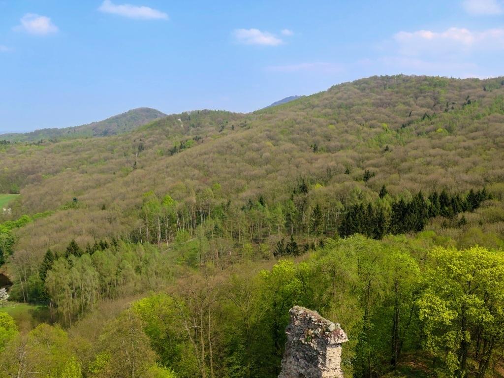 Pohled na Milešovku, je vidět jen samotný vrcholek