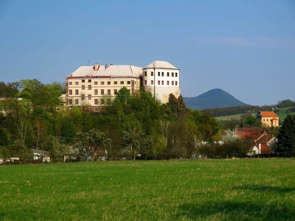 Zámek Milešov slouží jako domov důchodců. Za ním vpravo vykukuje Lovoš