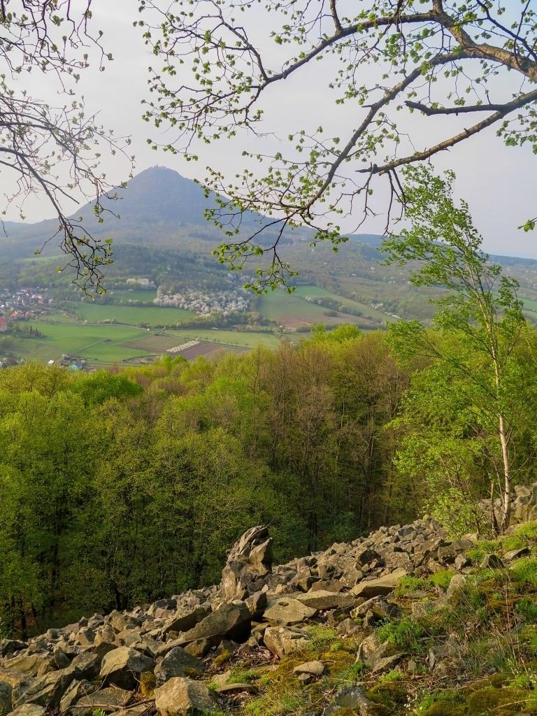 Pohled na Milešovku přes kamenné pole
