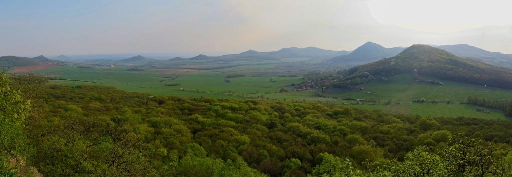 Panorama kopců Českého středohoří, úplně vlevo Košťálov, pak Hazmburk a další a další...