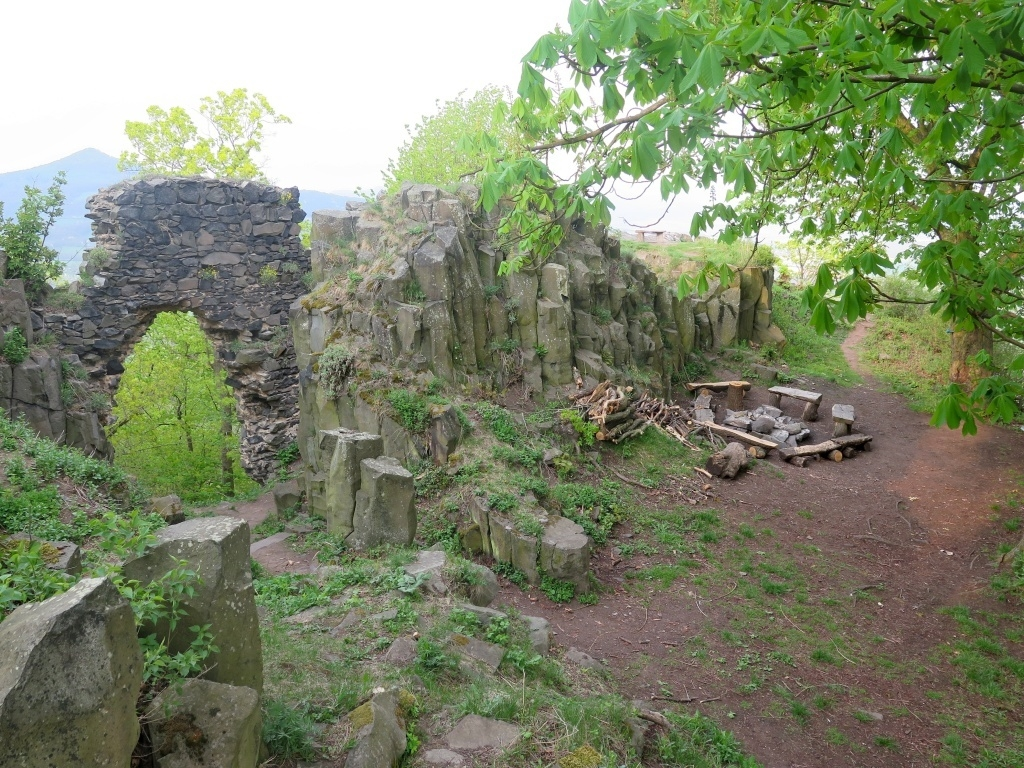 Na hradě je i pěkné tábořiště