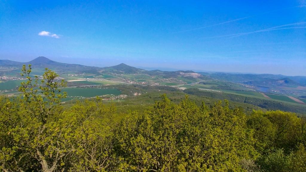 Na druhou stranu je vidět opět Milešovka, Kletečná a nová dálnice D8.