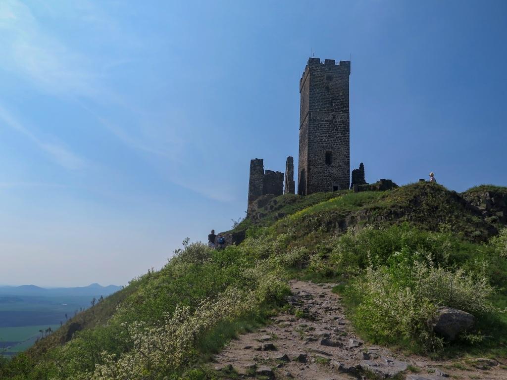 Hazmburk tvoří v podstatě jen dvě věže, čtverhranná bílá a kulatá černá. Bílá je přístupná.