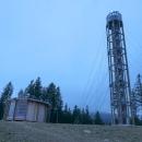 """A to už jsme u rozhledny na 866 metrů vysokém kopci Štvanice. Rozhledna byla postavena na podzim roku 2018 a údajně se jí též říká """"Stříbrná Twiggy"""". No, na fotce vypadá jako šikmá věž, ale stojí rovně, to je jen chyba objektivu."""