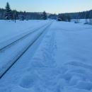 Zastávka je od obce opravdu daleko, na nástupišti tady nikdo sníh neodmetá a tak jsme z vlaku skočili do sněhové peřiny.