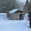 WC je přístupné i přes zimu. Sněhu je tady určitě metr.
