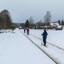 Nová Pec je poměrně nízko a sněhu tady už není tolik. K nástupu do stop musíme po kolejích :-)