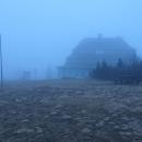 A tak jsme se vrátili po zelené zpět na hřeben a po červené došli na Masarykovu chatu. Zdálky také vypadala zavřeně...