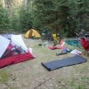 První nocleh na miniaturním paloučku v lese poblíž Opatova. V noci mrzlo
