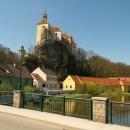Pohled na hrad z mostu přes Dyji