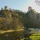 Od řeky vidíme Vraní věž, která je součástí areálu zámku, leč veřejnosti nepřístupná