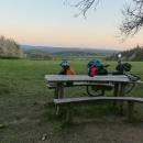 Měli jsme vyhlédnuté toto místo s lavičkou a nádherným výhledem.