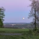... a pozorovali měsíc na elektrárnou Dukovany. Byli jsme vysoko nad vodou, v noci bylo konečně krásně teplo!