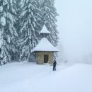 Kaple pod Javorníčkem se také objevila v úvodní znělce seriálu, leží už na žluté turistické značce. Tu od rána někdo prošlápl na lyžích, znamená to pro nás konec boření.