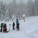 Na Příschlopu jsme dohnali dva skialpinisty. To byli oni, kteří prošlápli tu žlutou turistickou. Bohužel se ale chystají z hřebene sjet, vůbec se jim to nelíbí. Nám se zase nelíbí ta totálně zavátá zelená směr hřeben. Jde o necelé dva kilometry, ale sněhu je tady skoro metr. Luděk je nakonec ukecal, že se jim do údolí ještě nechce...