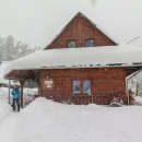V neděli ráno se z našeho ubytování vydáváme na 2 km vzdálenou zastávku autobusu. Přes noc napadl další sníh.