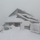 Totálně zavátá chata Sůkenická, musíme použít zimní vchod. Před pár lety jsme tady také strávili týden zimních prázdnin. Sněhu tenkrát moc nebylo.