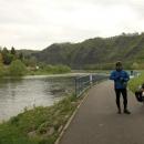 Sjeli jsme k Vltavě a za Vraným se napojili na cyklostezku. Pavel je natěšený na výlet nebo se zubí na fotografku?