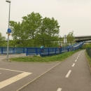 Tam my ale nemíříme, takže musíme změnit Vltavu za Berounku. Most přejíždíme po cyklostezce zavěšené pod mostní konstrukcí.