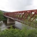 Cyklostezka vede přes železniční most. Nic se tady za ta léta, co jsem tu byla naposledy, nezměnilo