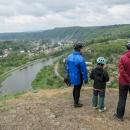 Pavel, Šárka a Míla shlížejí do údolí Vltavy, která si tiše plyne 150 metrů pod námi
