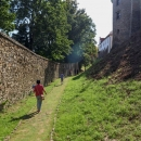 ... trasa vede kolem celého hradu dokola