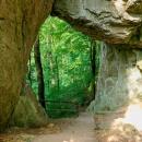 Cestou zpět musíme opět projít skalní branou. A od procházejících pěších turistů jsme se dozvěděli, že si cestou po červené, směr Špraňkův mlýn, s koly dáme pěkně do těla.
