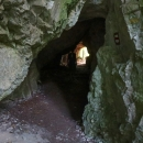 Skalní masív je zde provrtán třemi jeskyněmi.