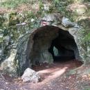 Skrz jeden průchozí tunel dokonce vede turistická značka. My se ale vracíme zpět ke kolům