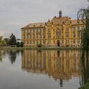 Taky byste řekli, že to je nějaký zámek? A ona je to budova gymnázia v Litovli.