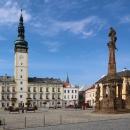 Náměstí a radniční věž v Litovli. Přímo pod radnicí protéká jedno z ramen řeky Moravy.