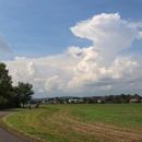 Pořád podél Moravy, ale už se kumulují oblaky, odpoledne mají přijít nějaké přeháňky a možná i bouřky