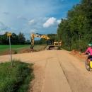 Hráz dál je ve výstavbě, stezka uhýbá na Leštinu.